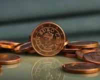 Ett centmynt är på mynt bank repet för anmärkningen för pengar för fokus hundra för euroeuros fem Royaltyfri Foto