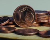Ett centmynt är på mynt bank repet för anmärkningen för pengar för fokus hundra för euroeuros fem Royaltyfria Bilder