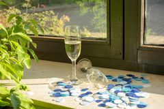 Ett champagneexponeringsglas med champagne på fönsterbrädan royaltyfri foto