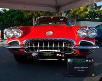 Ett Chevrolet Corvette 1959 är på bilskärm av den klassiska bilfestivalen för emirater Fotografering för Bildbyråer