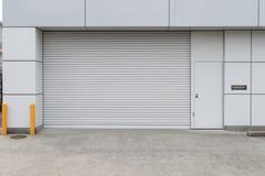 Ett closeupskott av den automatiska metallrulld?rren som anv?nds i fabrik, lagring, garage och industriellt lager arkivfoton