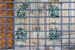 Ett dekorativt metallstaket med folk royaltyfri bild