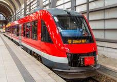 Ett diesel- förorts- drev i Kiel Central Station Royaltyfria Foton