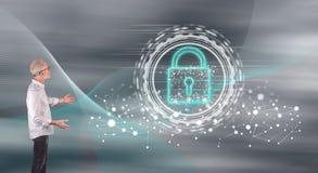 Ett digitalt säkerhetsbegrepp som förklaras av en affärsman på en väggskärm royaltyfri fotografi