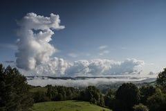Ett dimmigt landskap med härliga moln arkivbilder