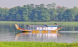 Ett drakefartyg på den Huong floden i ton, Vietnam Royaltyfria Bilder