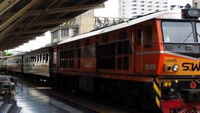 Ett drev ankommer på den Bangkok Hua Lamphong stationen arkivfilmer