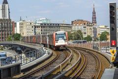 Ett drev ankommer på Baumwall station im Hamburg Royaltyfri Fotografi