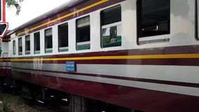 Ett drev lämnar den Bangkok Hua Lamphong stationen lager videofilmer