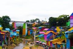Ett drev ovanför Jodipan den Colorize byn Royaltyfri Fotografi