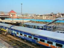 Ett drev på järnvägsstationen i Agra, Indien Royaltyfri Bild