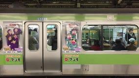 Ett drev på stationen i Tokyo, Japan lager videofilmer