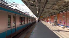 Ett drev på stationen i Yokohama, Japan stock video