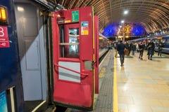 Ett drev sitter att vänta som avgår från den Paddington järnvägsstationen Royaltyfri Fotografi