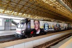 Ett drev som stoppar på stationen i Manila, Filippinerna arkivfoton