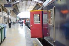 Ett drev väntar på den Paddington järnvägsstationen som väntar för att avgå Royaltyfri Bild