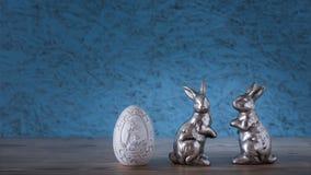 Ett easter ägg med två kaniner royaltyfri fotografi