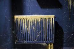 Ett element målade svart med guld- strimmor av målarfärg arkivbilder