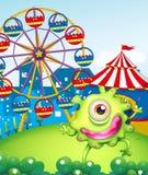 Ett enögt grönt monster på karnevalet i bergstoppet Royaltyfria Bilder