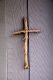 Ett enkelt kors som göras av trädfilialer Arkivfoton