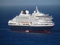 Ett enormt kryssningskepp i den amiralitetet fjärden Fotografering för Bildbyråer