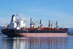 Ett enormt lastfartyg som förtöjas i Columbiaet River Arkivbilder