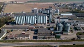 Ett enormt oljeraffinaderi med metallstrukturer, r?r och destillation av komplexet med brinnande ljus p? skymning flyg- sikt fotografering för bildbyråer