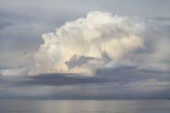 Ett enormt stackmolnmoln över havet Arkivbild