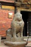 Ett enormt stenlejon som bevakar det Patan museet i Patan, Nepal Arkivbild