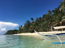 Ett ensamt fartyg på den sandiga stranden för paradis, med palmträd, Palaw royaltyfria bilder