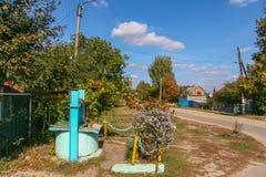 Ett ensamt gammalt väl i Novayaen Vodolaga Fotografering för Bildbyråer