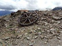 Ett ensamt hjul från en övergiven kabelbil arkivbild