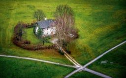 Ett ensamt hus vid lokala tvärgator royaltyfri foto