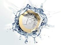 Ett euromynt faller in i vatten Royaltyfri Bild