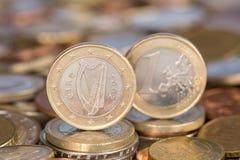 Ett euromynt från Irland Arkivfoton