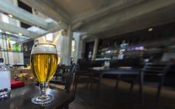 Ett exponeringsglas av öl fotografering för bildbyråer