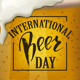 Ett exponeringsglas av öl Internationell öldagbokstäver också vektor för coreldrawillustration royaltyfri illustrationer