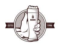 Ett exponeringsglas av öl med en hand vektor illustrationer
