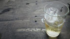 Ett exponeringsglas av öl med tabellbakgrund Fotografering för Bildbyråer