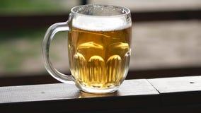 Ett exponeringsglas av öl på den panorama- tabellen arkivfoton