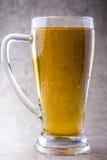 Ett exponeringsglas av öl på stenbakgrund Royaltyfria Bilder