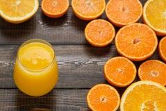 Ett exponeringsglas av apelsinfruktsaft Arkivfoton
