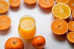 Ett exponeringsglas av apelsinfruktsaft Arkivbild