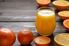 Ett exponeringsglas av apelsinfruktsaft Royaltyfri Bild