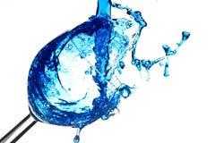 Ett exponeringsglas av blå flytande Arkivbild