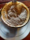 ett exponeringsglas av capucinokaffe arkivbild