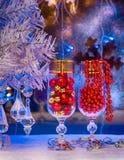 Ett exponeringsglas av champagne, julgran, julpynt bac Arkivbilder