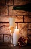 Ett exponeringsglas av champagne och granatäpplet Royaltyfria Foton