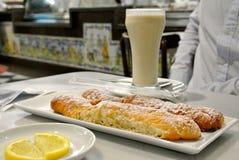 Ett exponeringsglas av chufaen - traditionell Valencian drink royaltyfria bilder