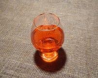 Ett exponeringsglas av den röda drinken Arkivbild